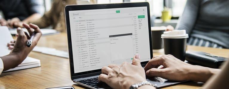 Femme vérifiant ses emails pendant une réunion sur Rawpixel