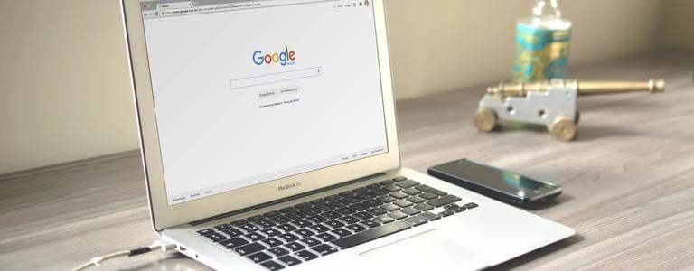 Google ouvert sur un ordinateur portable de Caio Resende sur Pexels
