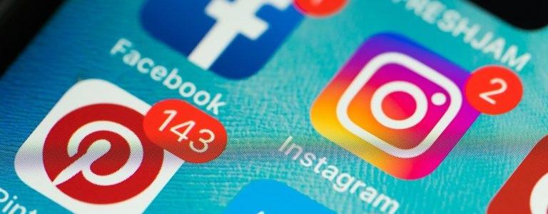 Ecran de smartphone avec les réseaux sociaux Facebook, Instagram et Pinterest